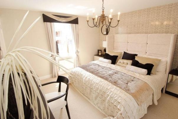Het interieur van de slaapkamer is in beige bruine kleuren ...